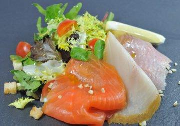 Assiette du pêcheur et mesclun de salade