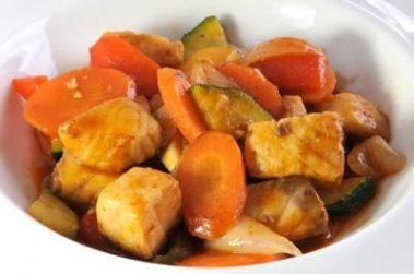 Wok d'esturgeon aux légumes sautés